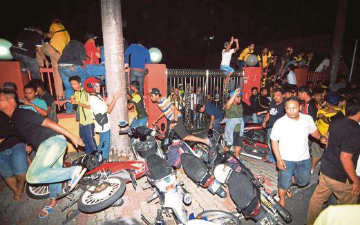 PENYOKONG Perak cuba menyerbu ke kawasan penyokong Johor DT.