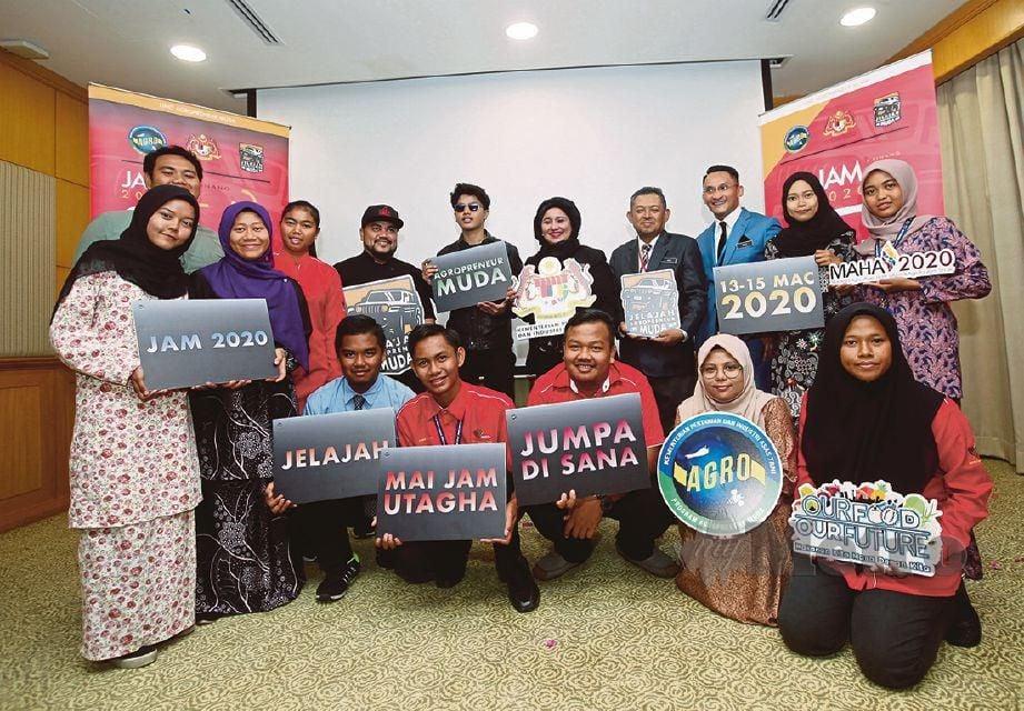HASLINA (lima dari kanan) bersama Haqiem (enam dari kanan) dan peserta di Majlis Pra Pelancaran Program JAM 2020 di Wisma Tani. FOTO Eizairi Shamsudin