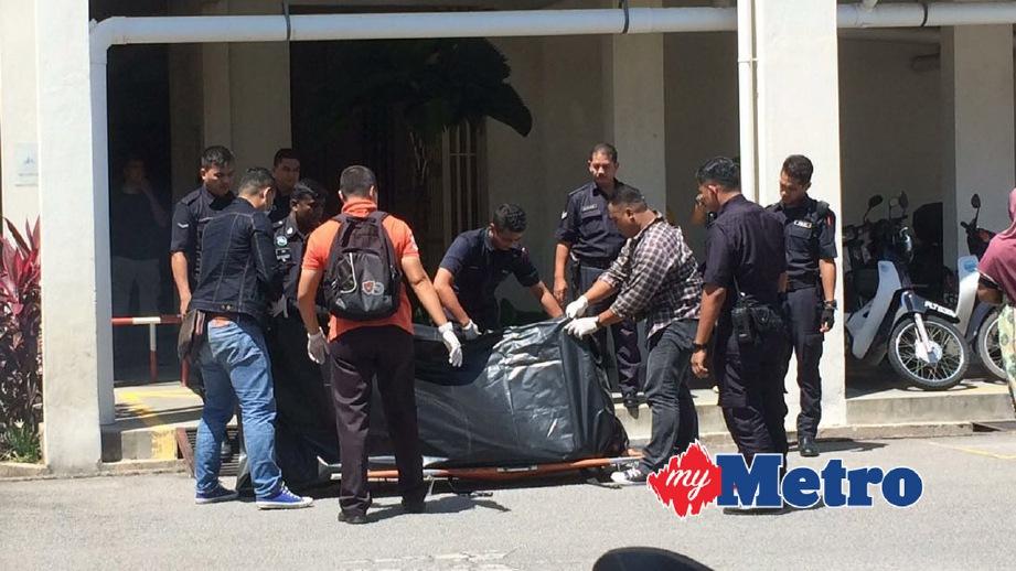 ANGGOTA polis mengangkat mayat mangsa untuk dibawa ke hospital. FOTO Zulaikha Zainuzman