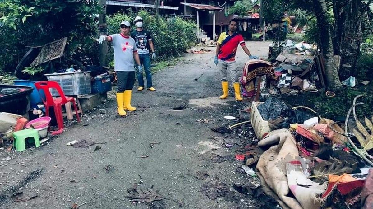 MDR mengumpul sampah  khususnya peralatan  rumah yang rosak di  beberapa kawasan terjejas banjir. FOTO ihsan MDR