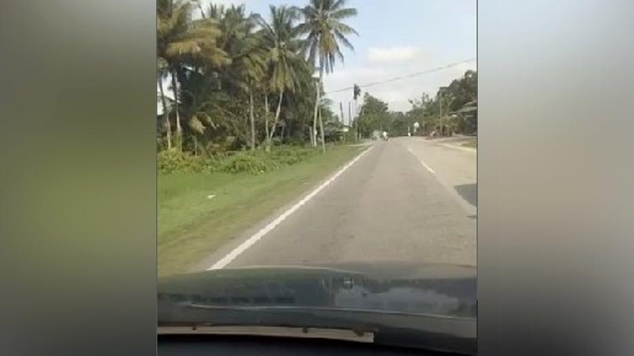 PETIKAN video tular memaparkan remaja menunggang motosikal terjatuh ketika dikejar anggota polis trafik selepas terlanggar lopak air dan bukan akibat ditendang.