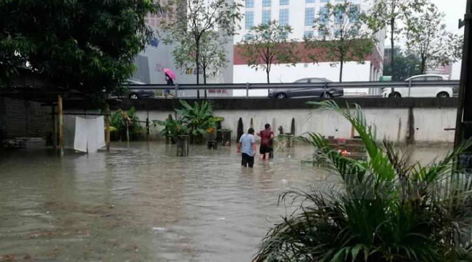 BANJIR kilat yang melanda Kampung Periuk dan Kampung Baru, Kuala Lumpur, selepas hujan lebat. FOTO ihsan APM