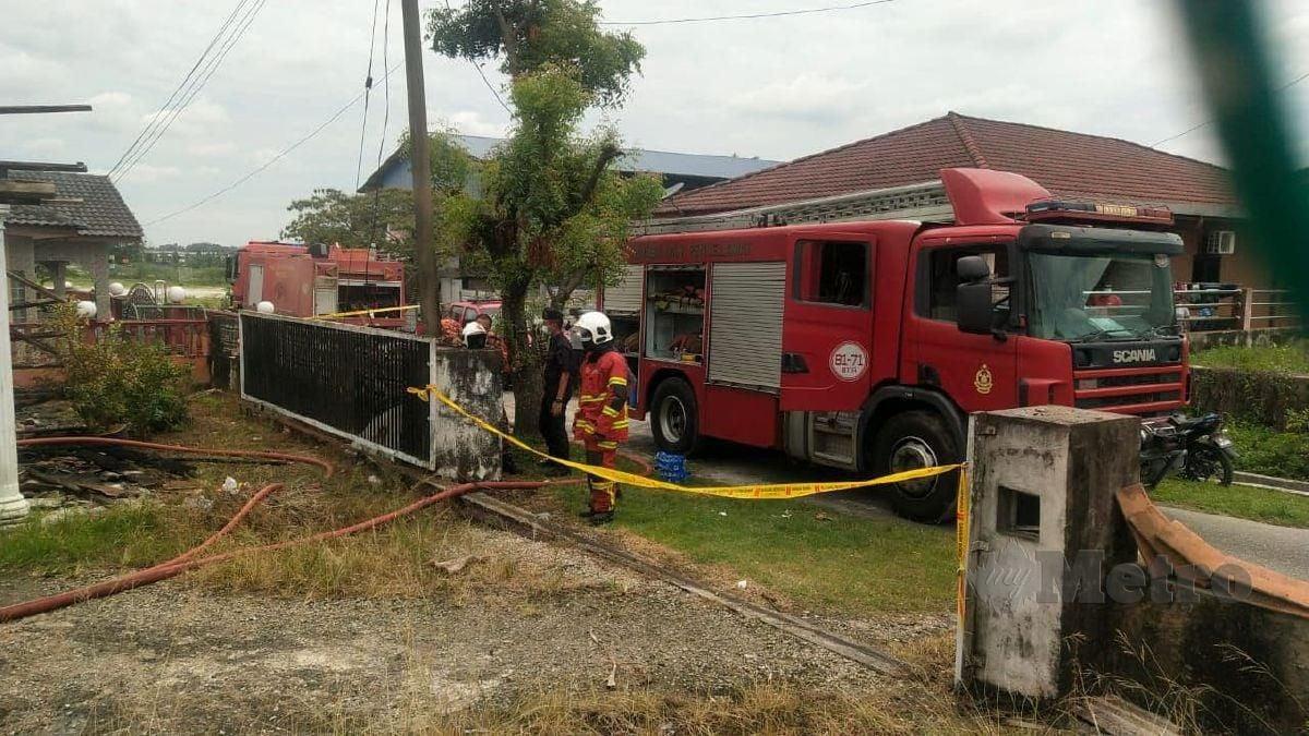 ANGGOTA bomba memeriksa rumah terbakar di Kampung Baru Kundang. FOTO ihsan Saravanan