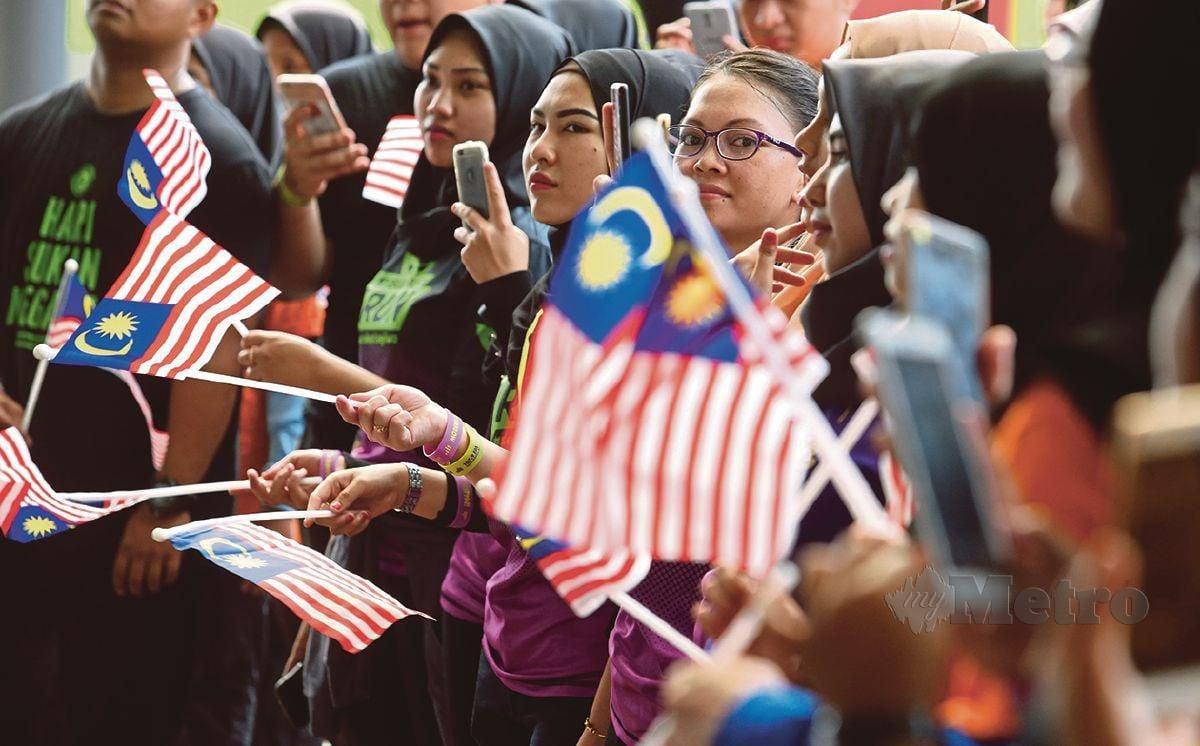 BERGANDING bahu membuktikan semangat patriotisme.