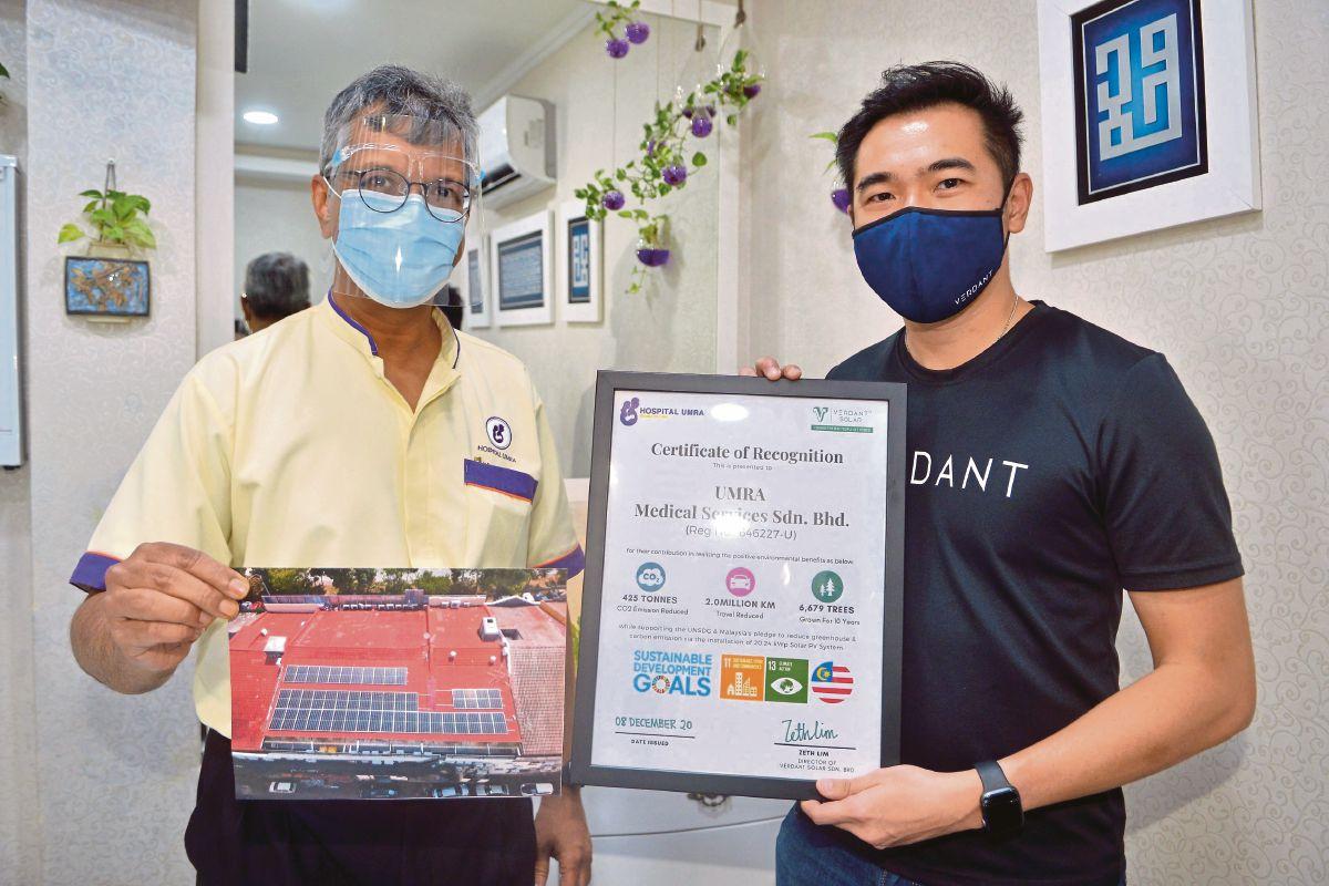 DR Mohamed Rafi (kiri) menerima sijil penghargaan pemasangan sistem tenaga solar daripada Zeth Lim di Hospital Umra, Shah Alam.