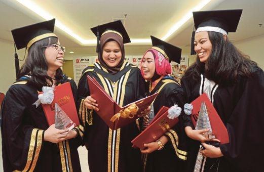 SHARIFAH (dua dari kiri) bersama penerima anugerah yang lain.