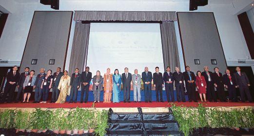 MENTERI Pengajian Tinggi, Datuk Seri Idris Jusoh (sebelas dari  kanan) dan Timbalan Menteri Pengajian Tinggi, Datuk Mary Yap Kain Ching (dua belas dari kiri) bersama Menteri Pendidikan Malaysia, Datuk Seri Mahdzir Khalid (sepuluh dari kanan) dan Ketua Setiausaha, Tan Sri Madinah Mohamad (sebelas dari kiri)  bersama menteri-menteri Pendidikan dari negara Asia Pasifik pada ACET 2015 di Hotel Berjaya Times Square.