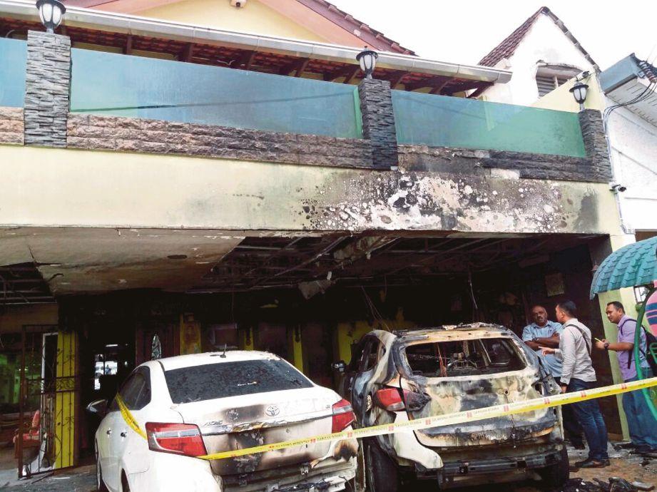 KEADAAN kenderaan yang rosak akibat kebakaran, semalam.