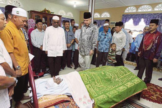 SULTAN Nazrin Shah menziarahi jenazah bapa MB Perak.