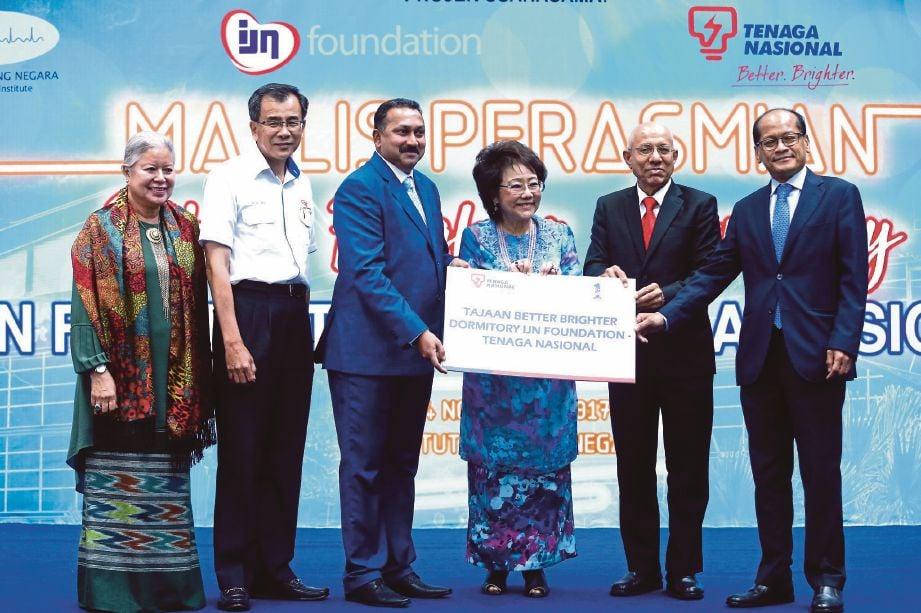 Sakhtivel  (tiga dari kiri) menyampaikan replika cek kepada    Aishah  sempena majlis Perasmian Better Brighter Dormitory IJN Foundation di Institut Jantung Negara.