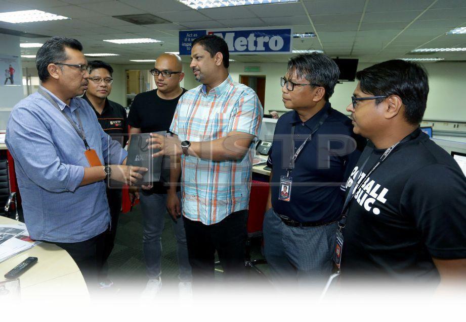 VACH (tengah) menyerahkan cenderamata kepada Pengarang Kumpulan Harian Metro, Tuan Asri Tuan Hussein ketika lawatan kerja Al Ikhsan ke Balai Berita, semalam. FOTO Aziah Azmee