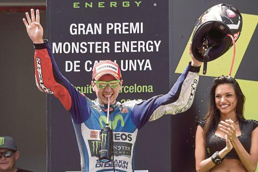 LORENZO meraikan kemenangan di podium.