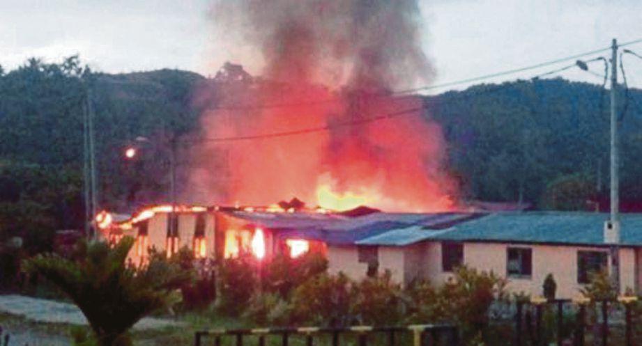 Empat rumah sederet terbakar dalam kebakaran.
