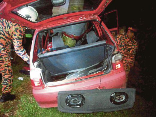 ANGGOTA bomba memeriksa kereta  mangsa kemalangan, Mohd Hafiq dan Siti Fatimah semalam.