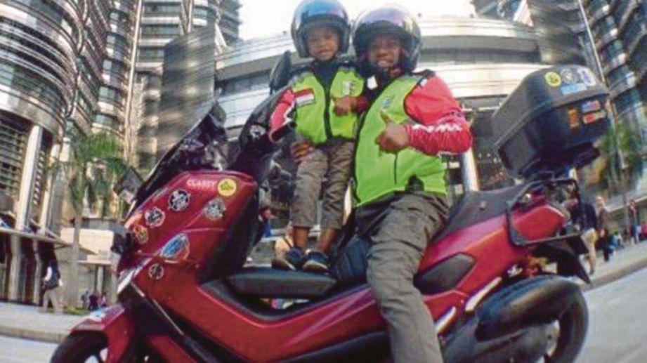 LILIK bersama anaknya mahu sampai ke Makkah sebelum musim haji. FOTO Agensi