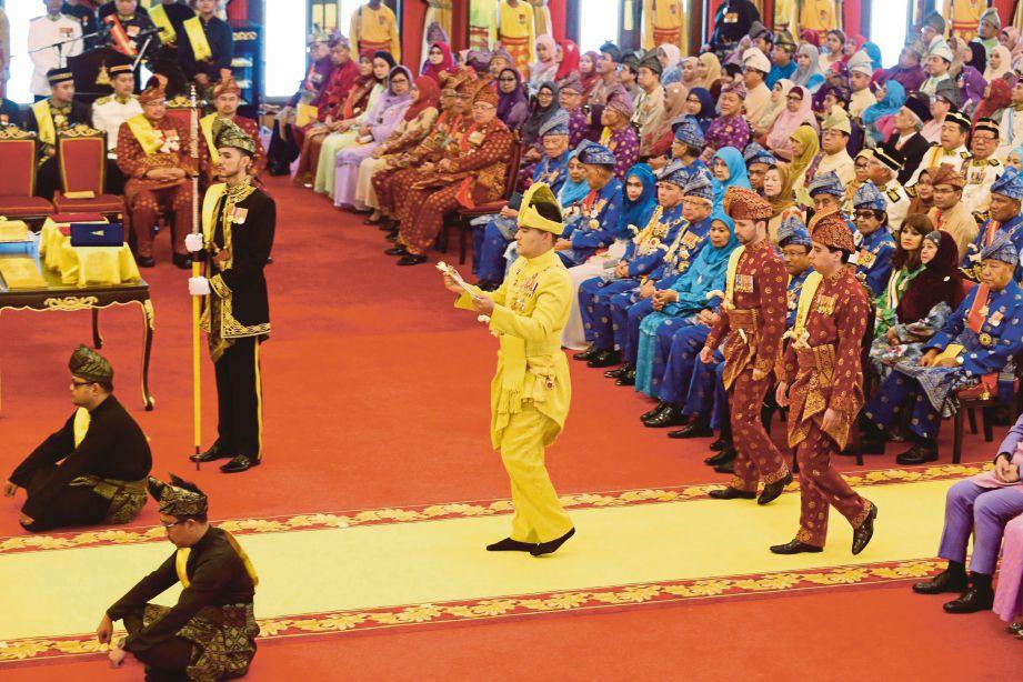 TENGKU Amir  memasuki Balairung Seri  sambil menjunjung Keris Kebesaran Duli Yang Amat Mulia Raja Muda Selangor ketika  melakukan Istiadat Menjunjung Duli serta menyembahkan cenderamata kepada Sultan Sharafuddin di Balairung Seri, Istana Alam Shah, Klang.