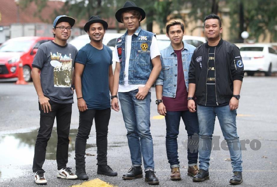 ZIMI (dua dari kiri) bersama kumpulan Akim & The Majistret.