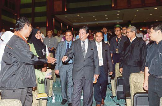 DR Hilmi (tengah) bersalaman dengan peserta Forum Pendermaan Organ Dari Perspektif Islam, semalam.