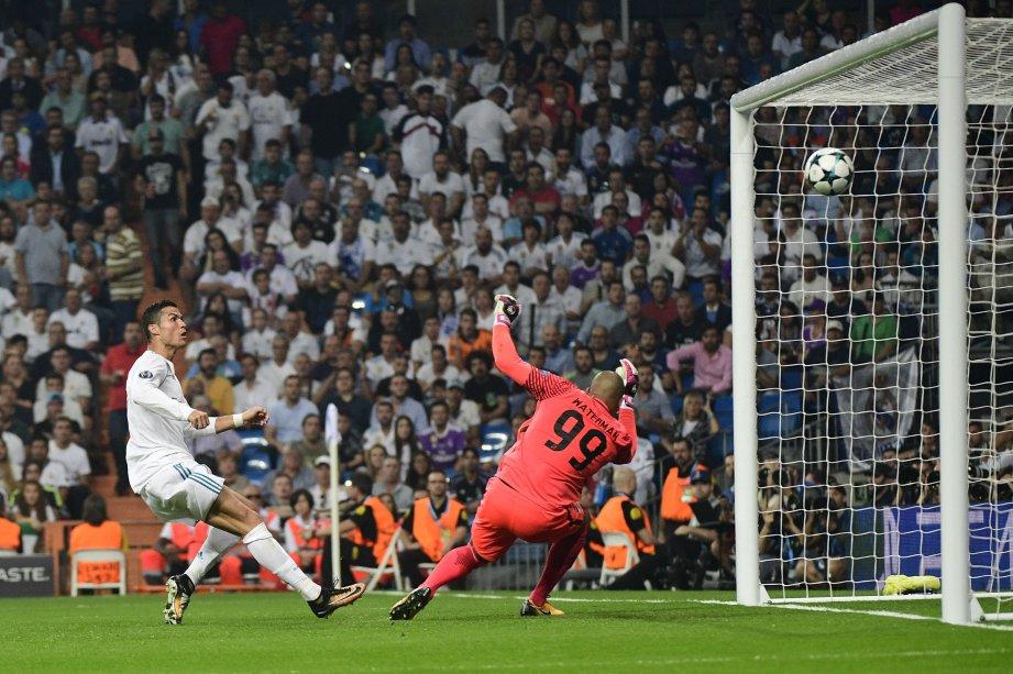 RONALDO (kiri) jaring dua gol ketika Real menentang APOEL di Stadium  Santiago Bernabeu, awal pagi tadi. FOTO/AFP
