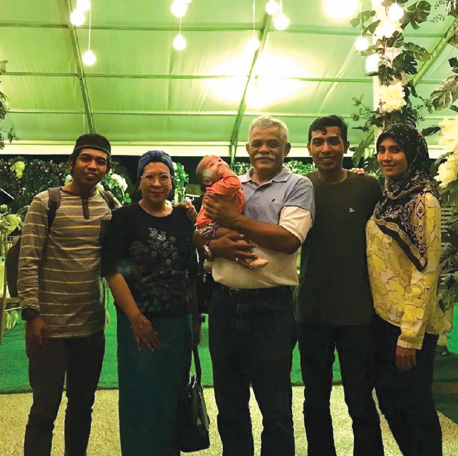 AZMAN bersama isteri, Asmah Yusuff, 50, (dua dari kiri) dan anak, Shakir (dua dari kanan) dan Shabri (kiri).