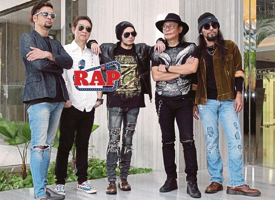 BAND Prime Domestic terdiri daripada penyanyi utama, Aweera (tengah), pemain drum, Ainoll (dari Kiri), gitaris, Hillary Ang, pemain bass, Gee & gitaris, Joe Wings.