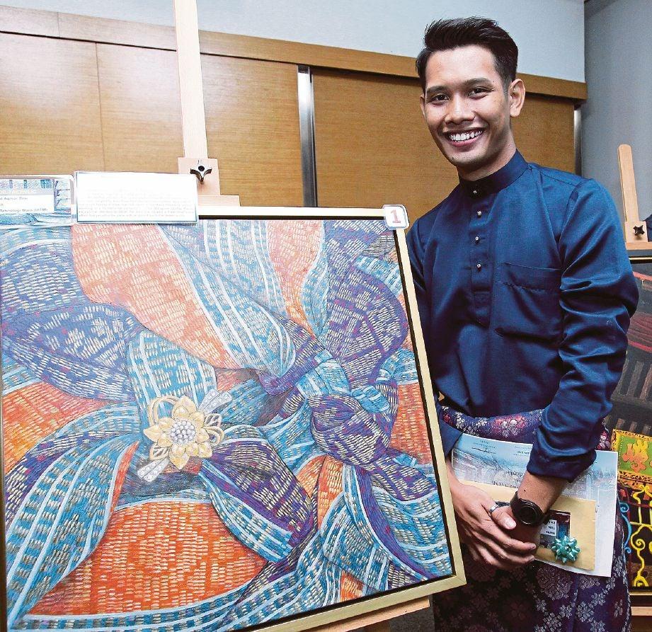 MUHAMMAD Aqmar bersama karyanya bertajuk Ikatan Kasih yang memenangi tempat pertama kategori cat minyak dan arkrilik.