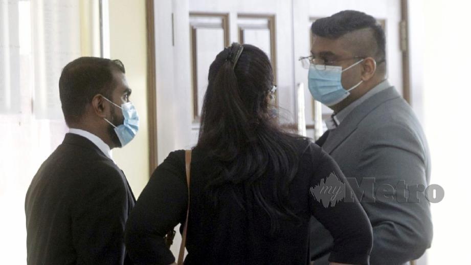TERTUDUH (kanan) ditemani P Vijay Esvaren (kiri) hadir di Mahkamah Sesyen Georgetown. FOTO Danial Saad