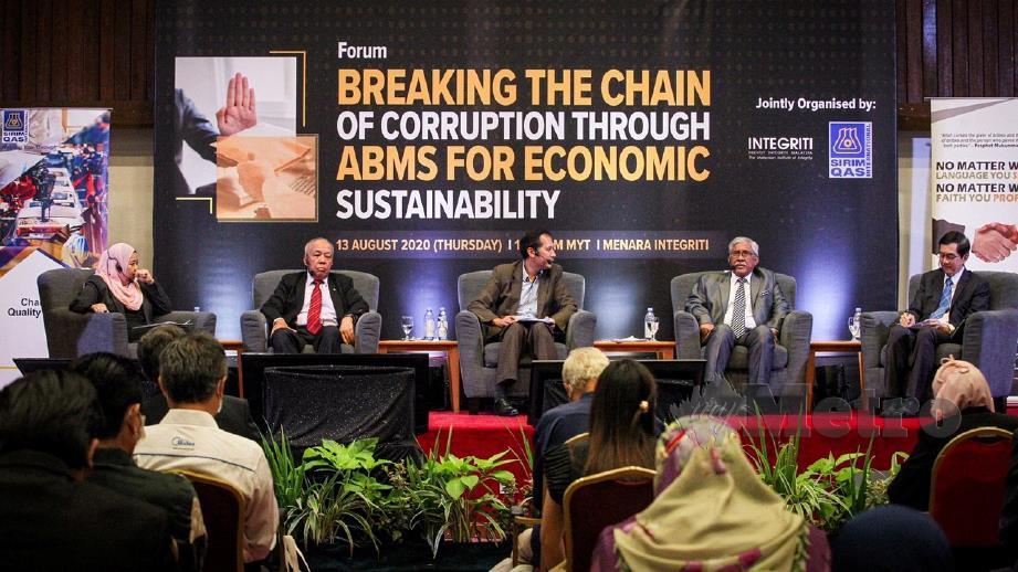 MOHD Azanuddin (tengah), bersama (dari kiri) Nor'afiza, Ahmad Tajuddin, Abu Kassim dan Kim Meow ketika forum. FOTO Aziah Azmee
