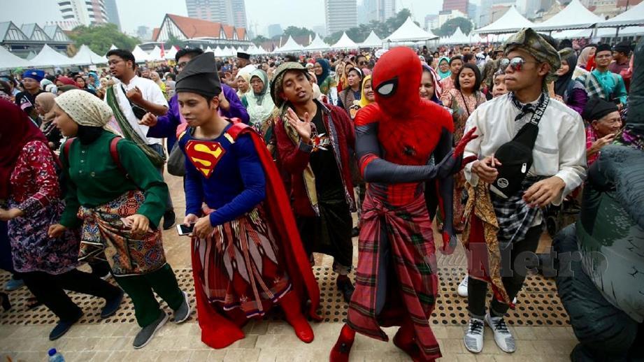 'Superman' bersama 'Spideman' mengenakan kain sarung pada Festival Permainan Malaysia di Dataran Merdeka. FOTO Mohd Khairul Helmy Mohd Din