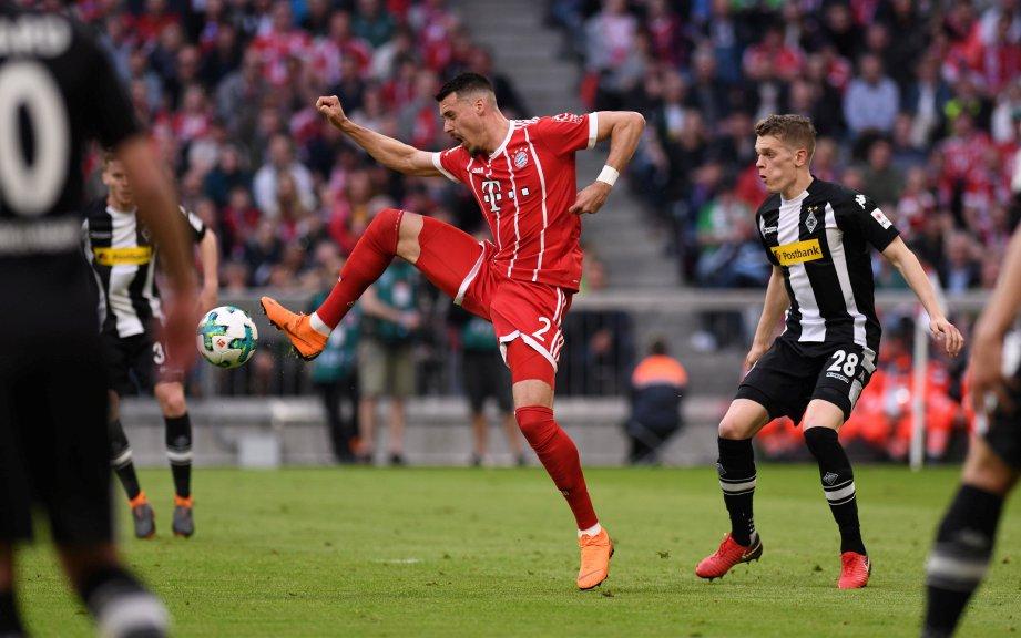 AKSI Sandro Wagner (tengah) dikekang pemain  Moenchengladbach, Matthias Ginter (kanan). - Foto EPA-EFE