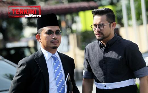 BEEGO atau nama sebenarnya Md Aszerul Nizam Abdullah (kanan) keluar daripada Mahkamah Rendah Syariah Gombak Timur selepas bebas tuduhan khalwat. FOTO Muhd Zaaba Zakeria