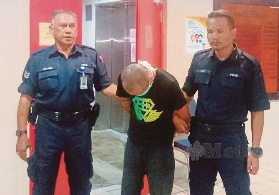 ANGGOTA polis mengiringi Muhammad Firdaus keluar dari Mahkamah Sesyen, semalam.