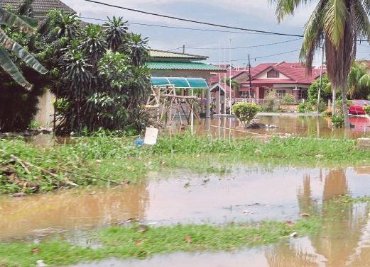 KEADAAN banjir yang masih tidak surut di Persiaran Hamzah Alang, Meru, Klang.