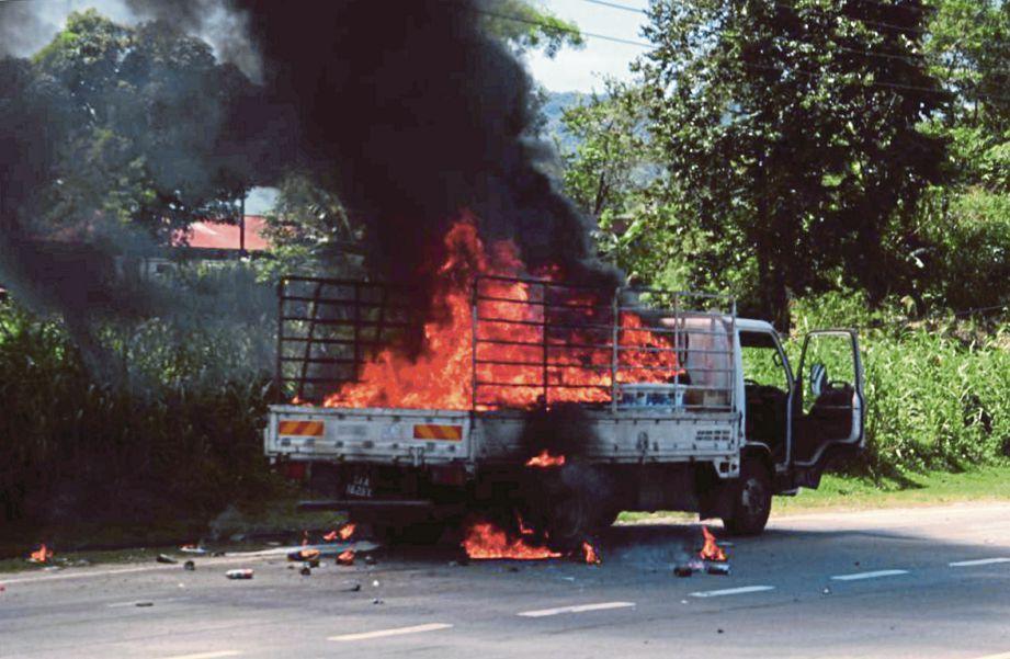 KEADAAN lori yang terbakar dalam kejadian di Batu Tujuh, Jalan Tuaran, Kota Kinabalu.