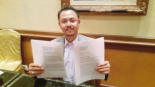 KHAIRUL Anwar  menunjukkan surat yang diterimanya.
