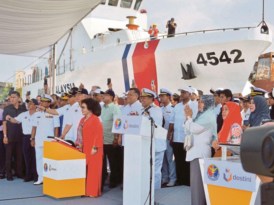 ROSMAH melancarkan Kapal Ronda Generasi Baru APMM sambil diperhatikan Najib di Limbungan Destini, semalam.