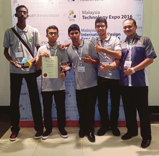 Muhammad Firdaus  (kanan) bersama empat pelajar yang meraih pingat gangsa kategori junior Asia Anugerah Reka Cipta dan Inovasi pada Ekspo Teknologi Malaysia 2016.