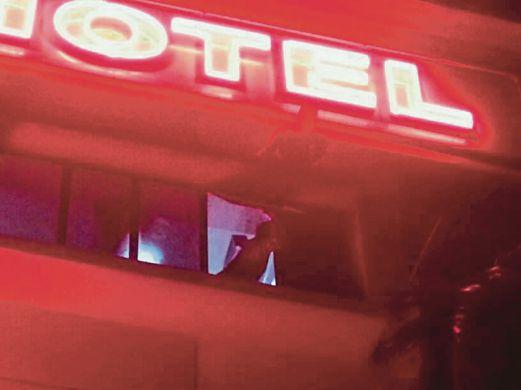 ANGGOTA bomba terpaksa menggunakan tangga untuk memujuk dan membawa turun lelaki yang enggan turun dari koridor sebuah hotel bajet.