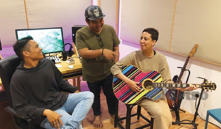 BERSAMA Aizat (kiri) dan Bob di studio rakaman.