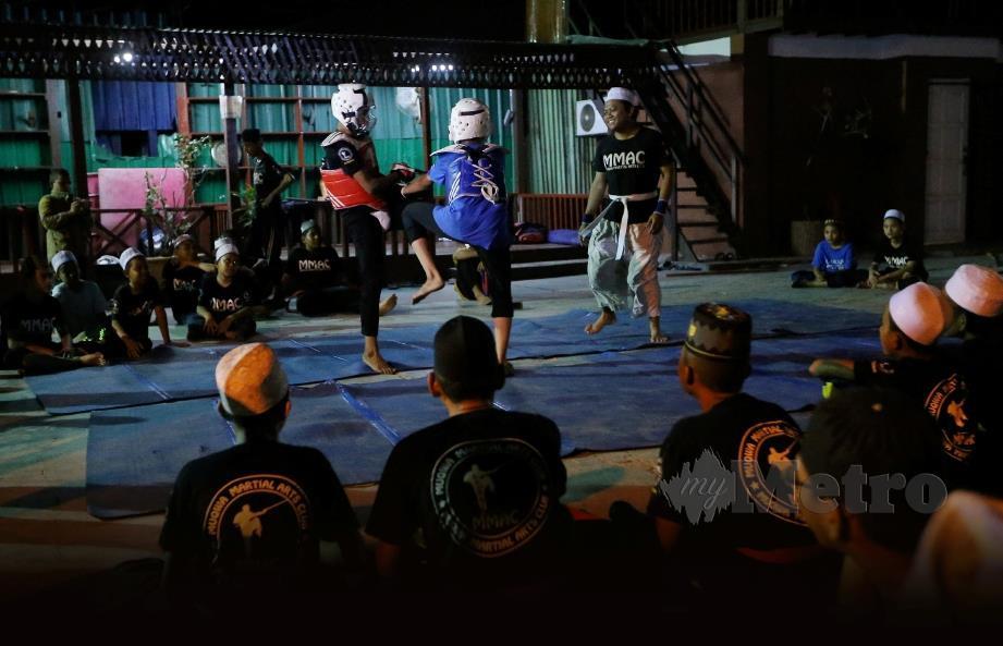 PELAJAR Muqwa menjalani  latihan  MMA iaitu campuran  beberapa seni bela diri seperti  Silat, Kungfu, Jeet Kune Do, Kick Boxing, Ninjutsu dan Jiu-jitsu di Kampung Rantau Panjang, Klang.