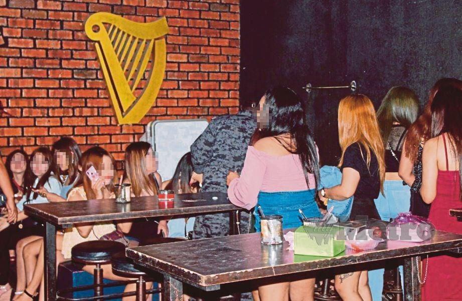 ANGGOTA imigresen menyerbu pusat hiburan dan menahan GRO warga asing. FOTO Ihsan Jabatan Imigresen Pulau Pinang