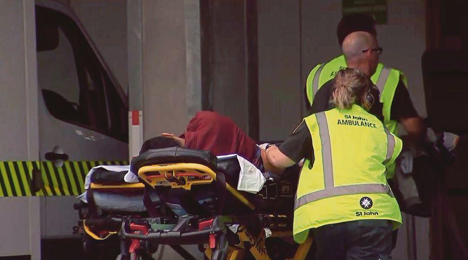 PASUKAN keselamatan membawa mangsa keganasan ke hospital berdekatan.