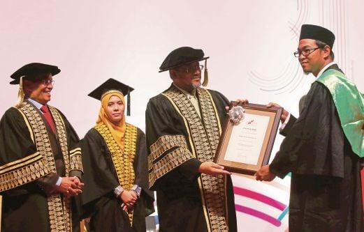 AZMI (dua dari kanan) menyampaikan Anugerah Platinum kepada Firdaus di Majlis Konvokesyen ke-31 Kolej Poly-Tech Mara (KPTM).