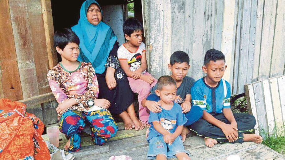 MEK Nab bersama cucunya di rumah mereka di Kampung Pondok Terusan, Limbat.
