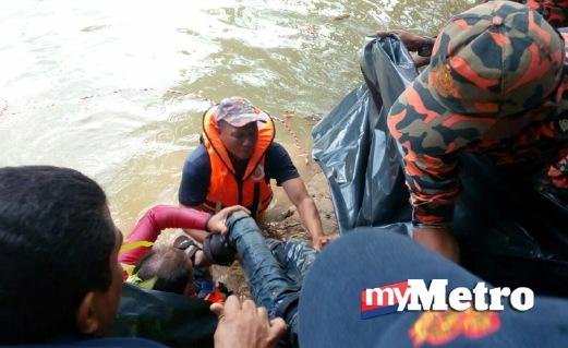 MAYAT mangsa ditemui pasukan penyelamat. Foto Zuliaty Zulkiffli