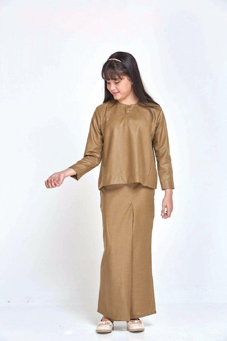 GABUNGAN dua potongan baju. FOTO Ihsan Gio Fabric, Ammar Amran & motherchild.com.my