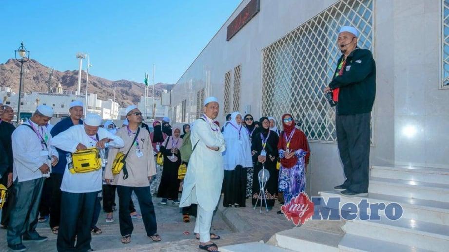 JEMAAH haji Malaysia yang melakukan ziarah luar di Bukit Uhud diberi taklimat oleh pembimbing ibadat