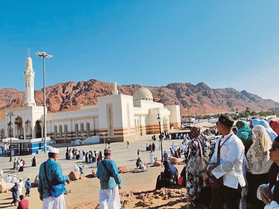 PEMANDANGAN berhampiran Bukit Uhud yang sudah dibina masjid untuk kemudahan pengunjung mendirikan solat dan berehat.