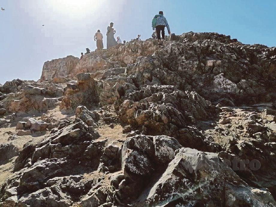 PEMANDANGAN daripada bawah Bukit Uhud tatkala penulis memulakan pendakian.