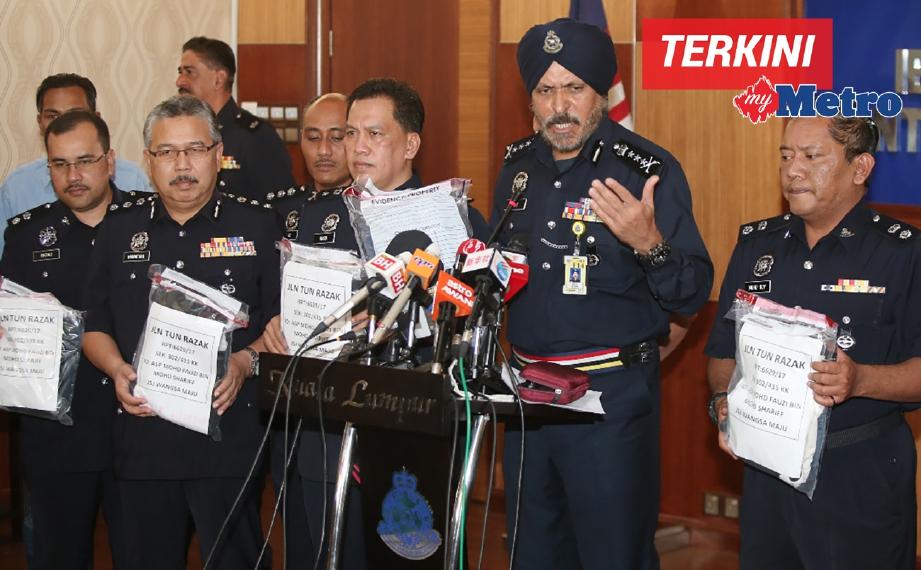 KETUA Polis Kuala Lumpur, Datuk Amar Singh Ishar Singh bersama pegawai menunjukan sebahagian barang milik 7 suspek yang ditahan selepas mengadakan sidang media mengenai perkembangan terbaru siasatan kebakaran Pusat Tahfiz Darul Quran Ittifaqiyah di Ibu Pejabat Polis Kuala Lumpur. FOTO Mohd Yusni Ariffin